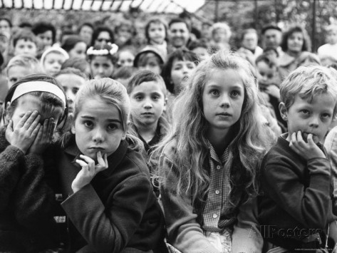 alfred-eisenstaedt-audience-of-children-sitting-very-still-with-rapt-expressions-watching-puppet-show-at-tuileries